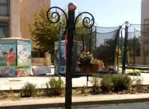 Исчезла одна из декоративных корзин с цветами возле ДК «Курчатова»