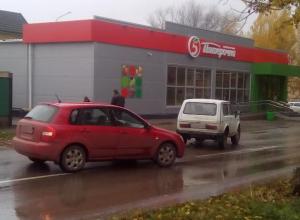 «Нива» и «Киа» сошлись в дорожно-транспортном происшествии на улице Горького в Волгодонске