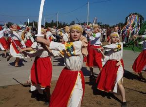 «Славяно-русы» необычным танцем встретили гостей фестиваля « Шелковый путь» в Волгодонске