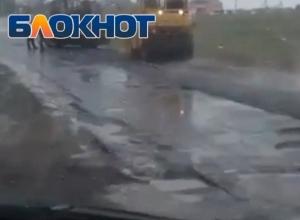 Укладка асфальта в ливень возле поселка Солнечный попала на видео