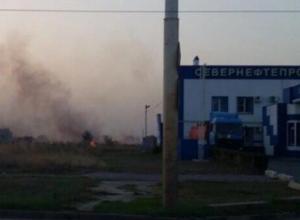 Пылающий пустырь у заправки на улице Ленинградской в Волгодонске попал на видео
