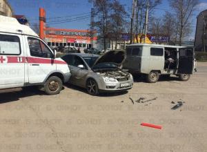 Водитель «Форда» угодил под буксировочный трос, пытаясь проскочить между машинами скорой помощи в Волгодонске
