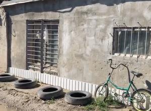 2-летняя девочка живет в жутком гараже недалеко от кладбища в Волгодонске