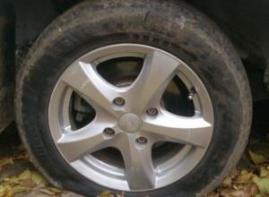 В Волгодонске орудует «колесный маньяк», прокалывающий шины