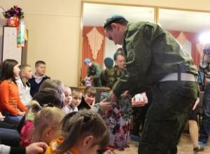 Деды Морозы в голубых беретах подарили подарки детям социально-реабилитационного центра-приюта