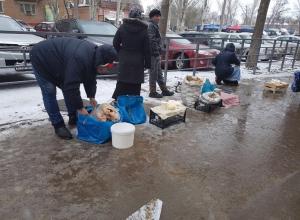 Забор и снег не помеха: продукты продают с мокрого и грязного асфальта на Морской в Волгодонске