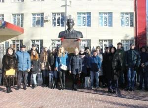 Школьники почтили память и возложили цветы к памятнику Герою РФ Михаилу Ревенко