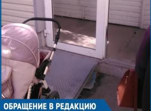 Зачем пандус, если дверь не открывается, - волгодончанка с коляской с трудом попала в паспортный стол