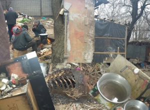 В центре Волгодонска пятилетнюю малышку заставляют жить в останках сгоревшего дома и есть собак