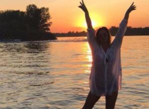 Юлия Ефимова снялась в мокрой рубашке на фоне заката на Дону