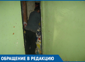 Волгодонец до потолка забил квартиру мусором с улицы
