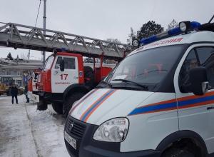 Пожарные автоцистерны, реанимобили и передвижные лаборатории выстроились в колонну возле театральной школы в Волгодонске