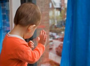 В Волгодонске 3-летний ребенок выпал из окна, пока мама купалась в ванной