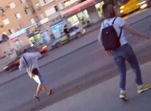 Загадочный волгодонец в кепке и с пакетом напал на девушку на остановке в час-пик и кинулся под «поток» машин