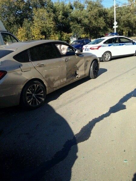 В Волгодонске маршрутка врезалась в «BMW 5 GT»