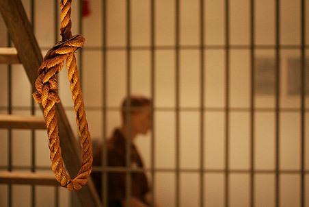 В полицейском изоляторе Мартыновского района на простыне повесился 20-летний парень