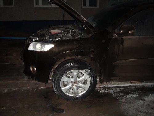В Волгодонске возле Юридической гимназии загорелась «Toyota RAV4»