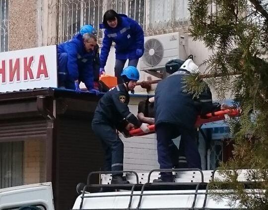 31-летний волгодонец упал с высоты на козырек подъезда и остался жив