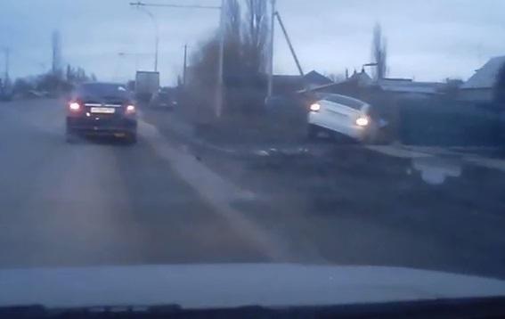 «Приора» слетела в кювет после ДТП в Волгодонске