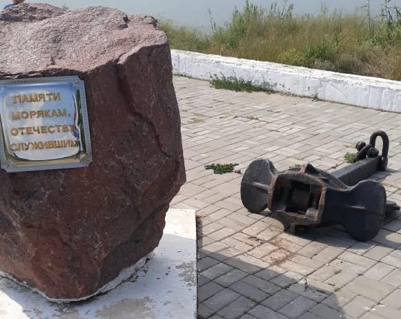 Вандалы осквернили памятник морякам на набережной: якорь вырвали, но унести не смогли
