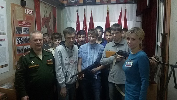 В Волгодонске школьники подержали пулемет и автомат во время экскурсии в военкомат