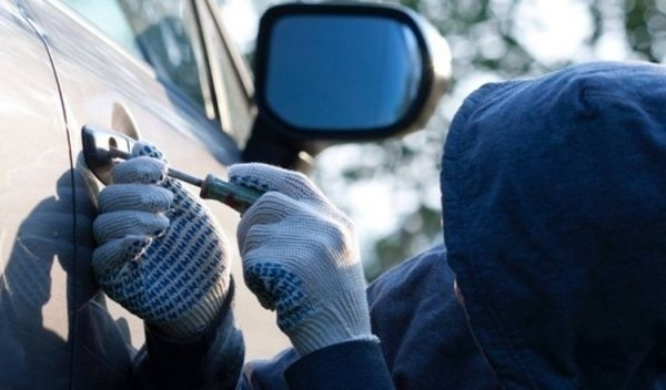 В квартале В-7 неизвестные вскрыли машину волгодонца, украв у него магнитолу и личные вещи