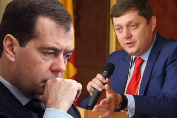 Олег Пахолков обратился к Дмитрию Медведеву с предложением запретить чиновникам и госслужащим платить наличными