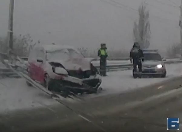 Утренний снегопад и ДТП спровоцировали пробку на Путепроводе в Волгодонске