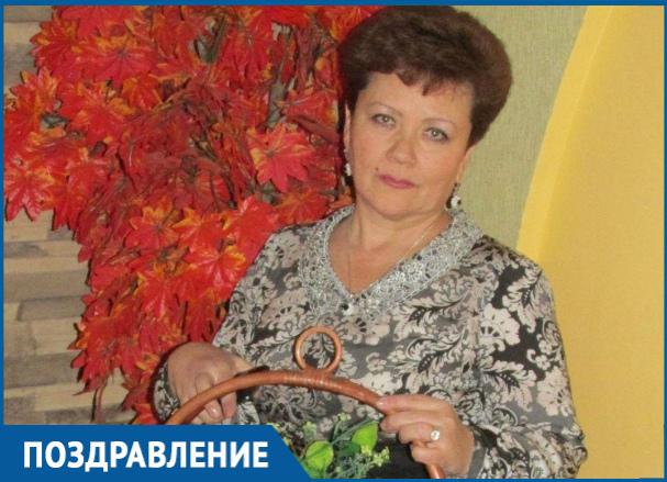 Исполняющая обязанности директора ДСиГХ Елена Нигай отмечает день рождения