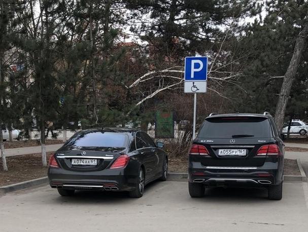 Два черных элитных «Мерседеса» с интересными номерами припарковались на местах для инвалидов в Волгодонске