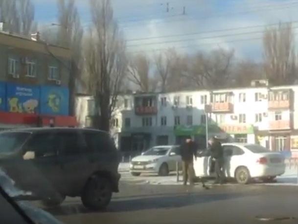 В результате ДТП Фольтсваген отбросило в разграничительные столбики на парковке возле «Востока»