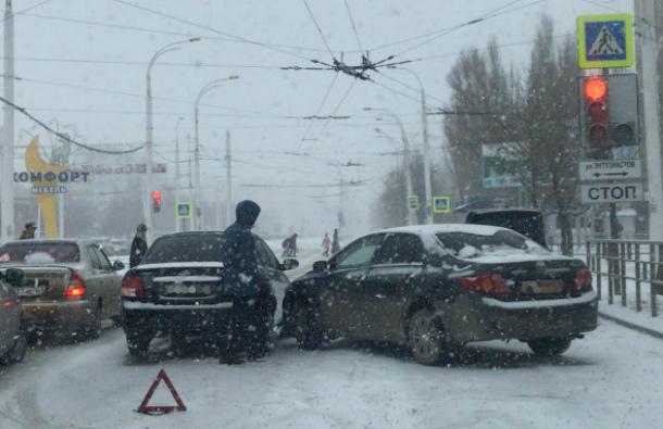 Вырванные столбы и множество ДТП: как Волгодонск пережил сильный снегопад