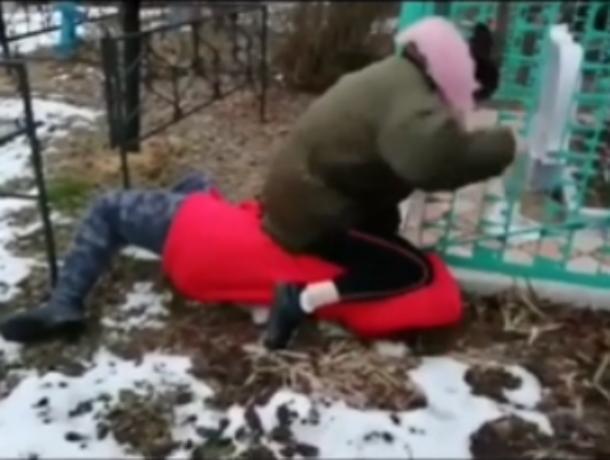 Компания подростков жестоко избила сверстницу на Романовском кладбище