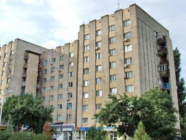 В Волгодонске прохожему с балкона скинули на голову арматуру, и избили деревянной палкой в подъезде общежития