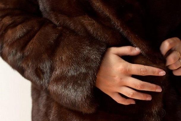 ВВолгодонске женщина украла свыставки норковую шубу