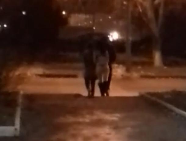 Прогулка волгодончанки в нижнем белье и сапогах мимо гипермаркета попала на видео