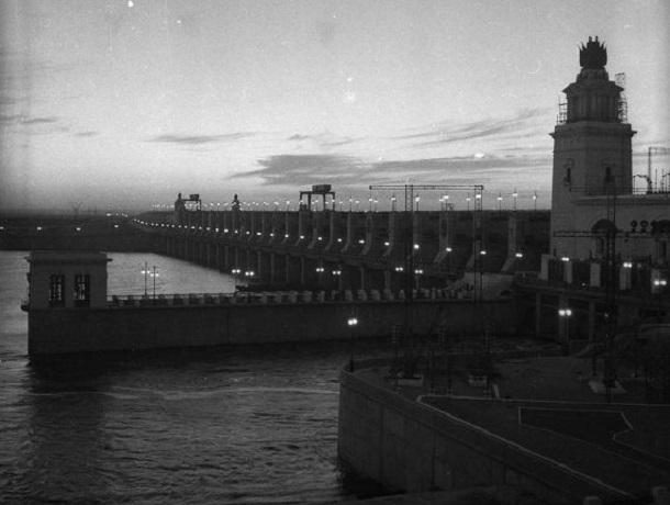 Волгодонск прежде и теперь: Цимлянская ГЭС ночью и разрушенный мост через Дон