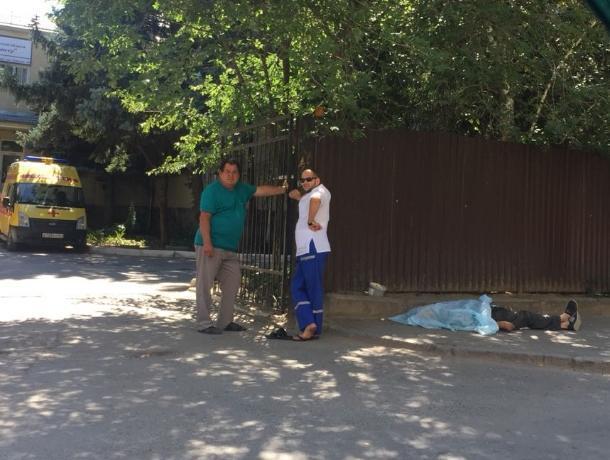 Более двух часов возле психоневрологического диспансера в Волгодонске лежит мертвый мужчина