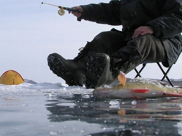 Шнур с грузом на конце, длинную жердь, широкую доску и что-нибудь острое должен иметь при себе житель Волгодонска при выходе на лед