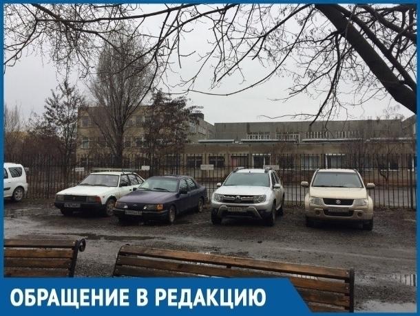 Огражденную цепями именную парковку разбили волгодонцы во дворе дома по улице Индустриальной