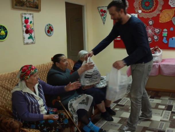 Ветеранам из дома престарелых Волгодонска подарили сладости и мешок колбасных изделий