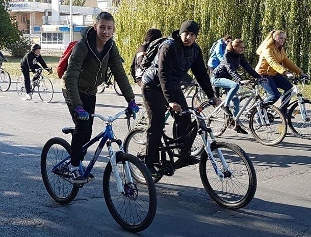 Сотни волгодонцев, отказавшись от автомобилей, проехали на велосипедах через весь город