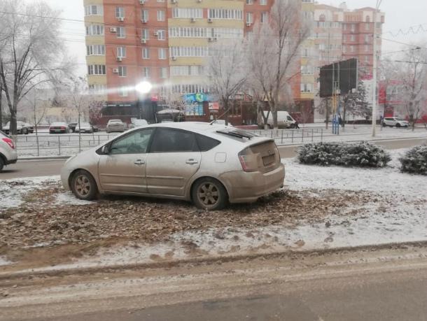 Автоледи на «Тойоте» залетела на газон на проспекте Строителей
