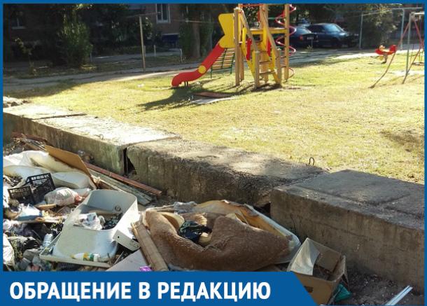 В Волгодонске рядом с детской площадкой устроили мусорную свалку