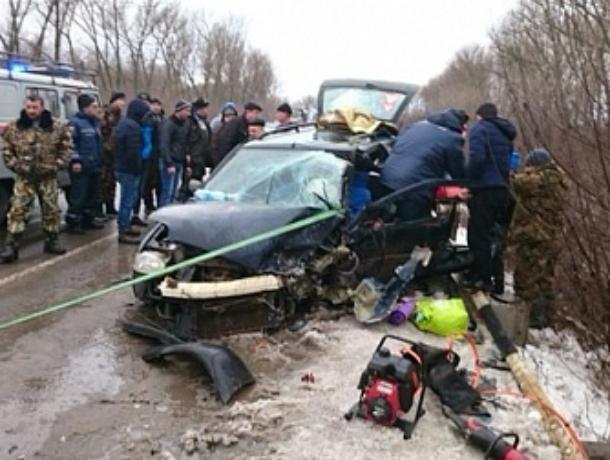 ВАЗ превратился в груду металла после ДТП на автодороге Ростов-Волгодонск, три человека пострадали