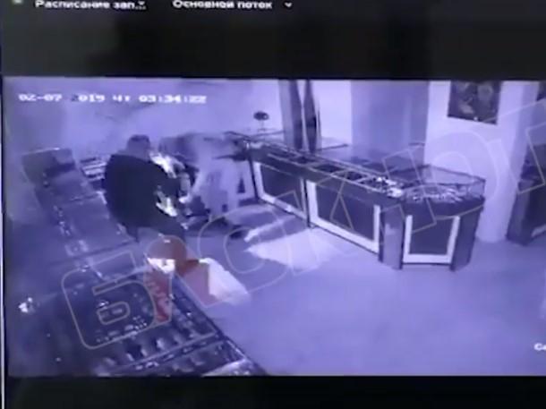 Ограбление ювелирного магазина в Волгодонске запечатлела камера видеонаблюдения
