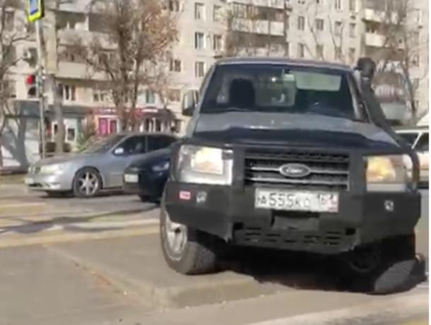 В Волгодонске водитель «Форда» решил объехать пробку через бордюр и «зебру»