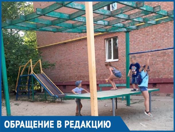 «30 тысяч рублей или ждать три года»: волгодонцы более 10 лет ждут детскую площадку во дворах МКД