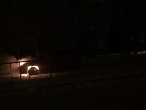 Полыхающую иномарку в центре Волгодонска сняли на видео очевидцы
