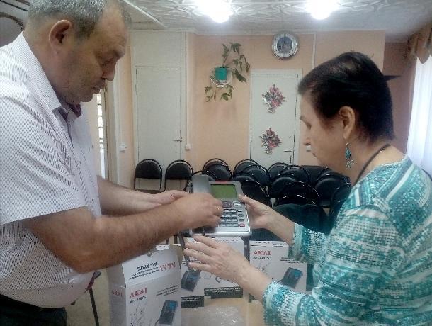 Телефоны с речевым выходом получили инвалиды по зрению в Волгодонске